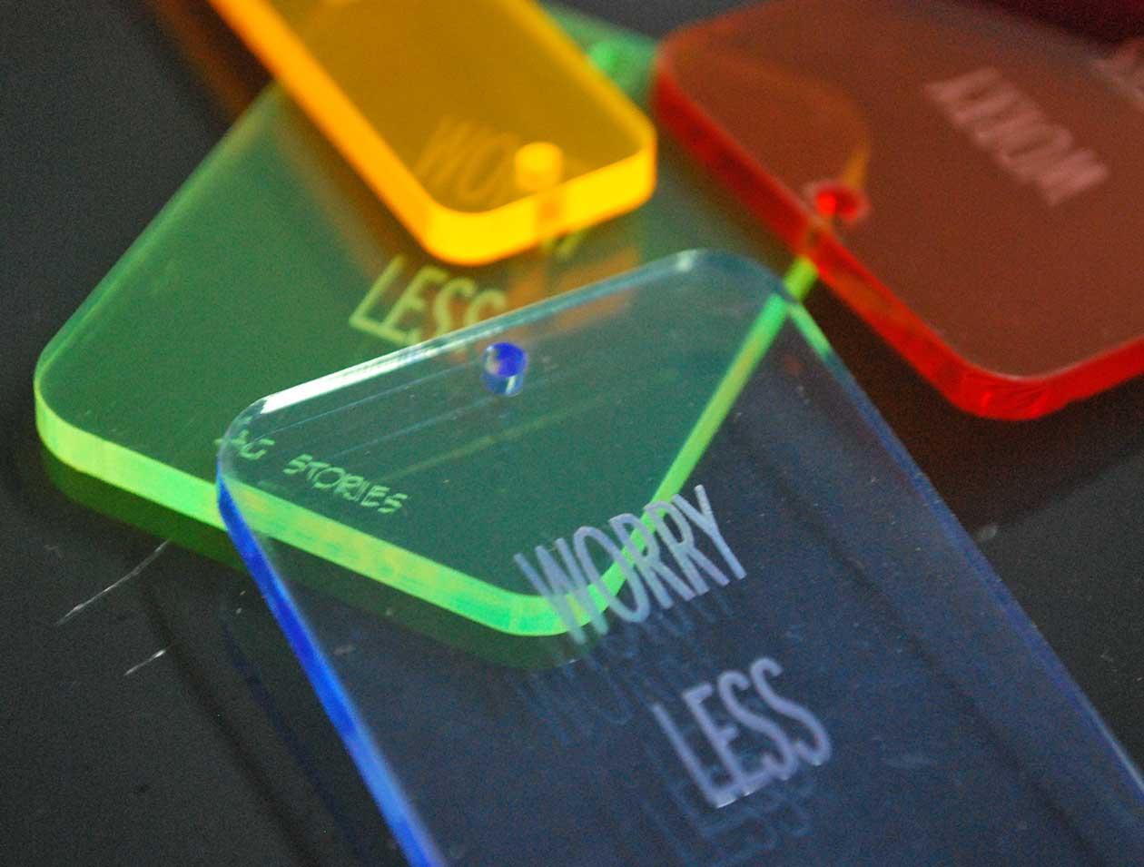 llaveros grabados de metacrilato de colores transparente